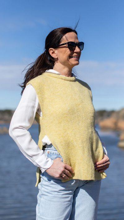 Lulu vest i lys gul fra Dehn Design AS