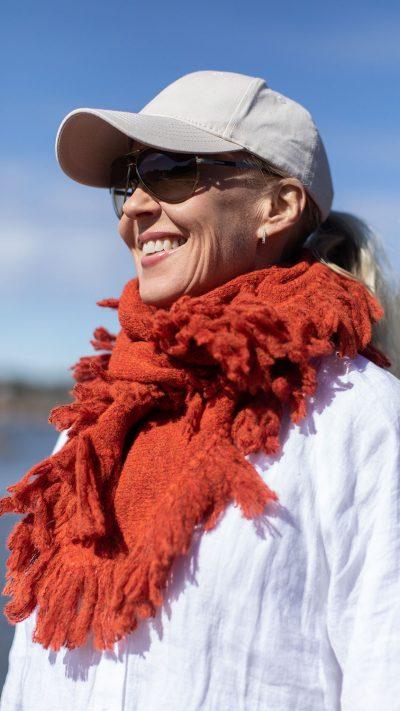 Nikki sjal i oransje fra Dehn Design AS
