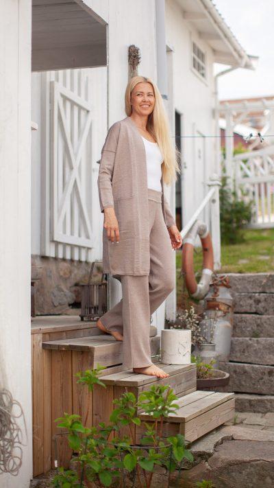 Hanna cardigan og Vicky slengbukse i beige - Dehn Design AS