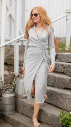 Tara omslagskjole i lys grå - Dehn Design AS